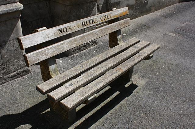 Скамейка в Кейптауне, предназначенная только для чёрных.