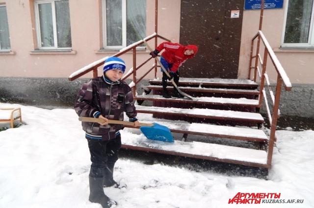 Зимой ребята помогают с уборкой снега.