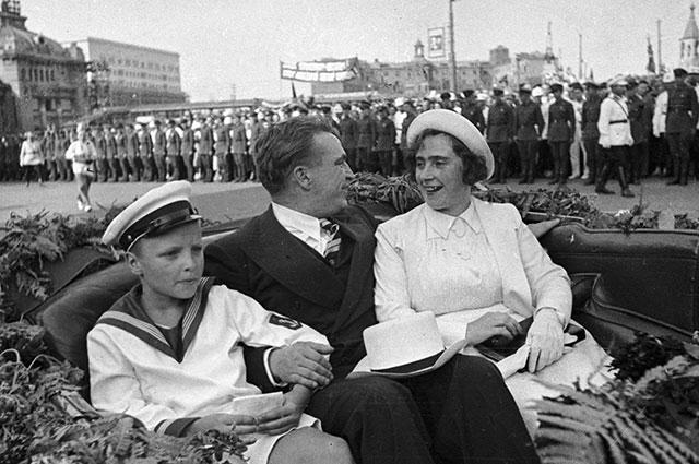 Валерий Чкалов с женой Ольгой и сыном Игорем после успешного беспересадочного перелета Москва – Ванкувер (США) через Северный полюс. Встреча в Москве.