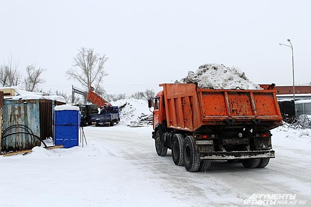 На станцию каждый день привозят снег КамАЗами