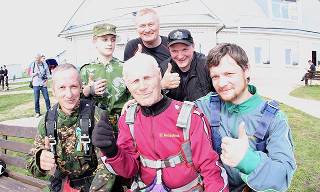 Павел Клетнев с молодыми парашютистами.