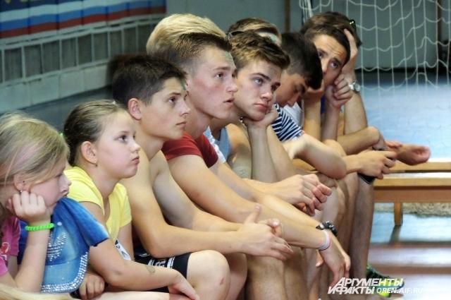Дети с интересом слушали советы спасателей.