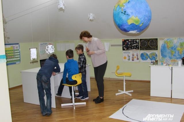 Наталья Казаченко, инженер по образованию, обучает детей робототехнике.