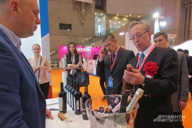 Посол России в Японии Михаил Галузин ознакомился с отечественной продукцией.