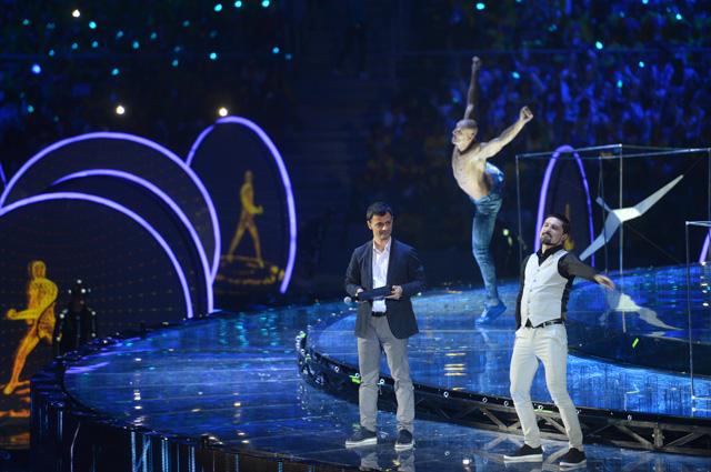 Артём Оганов и Дима Билан во время театрального представления на церемонии открытия XIX Всемирного фестиваля молодежи и студентов.