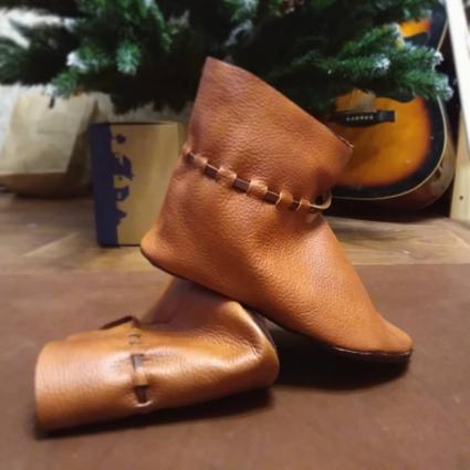 Украшение обуви зависело больше от статуса, иногда от региона.