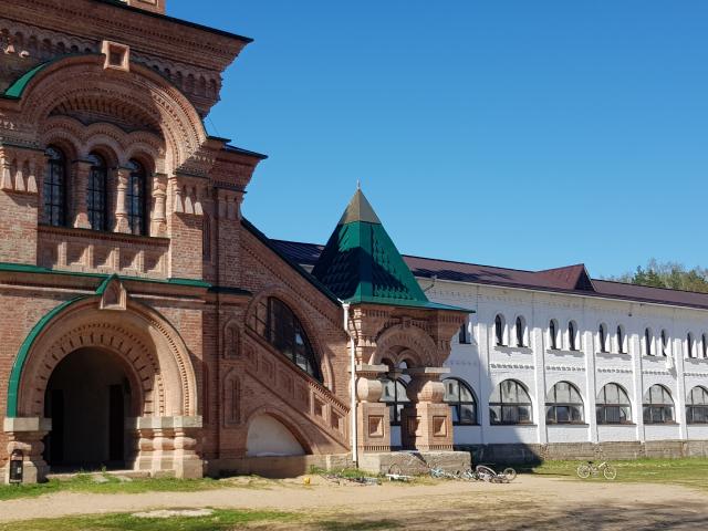 Вход в храм Святителя Спиридона, далее — школьный корпус.