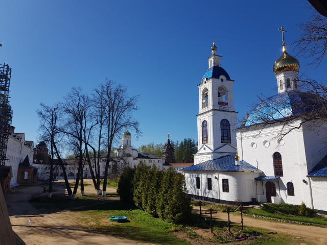 Монастырский двор с Успенским храмом.