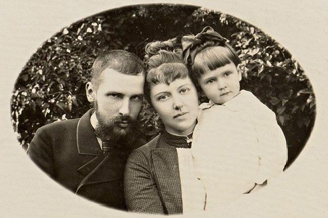 Имение Колноберже. П. А. Столыпин с женой и первым ребёнком — Марией. 1888 г.