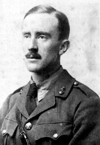 Дж. Р. Р. Толкиен (в возрасте 24-х лет) в военной форме. 1916 год