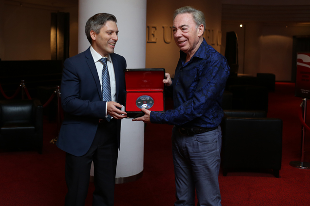 Дмитрий Богачев вручает Уэбберу первый диск Призрак Оперы на русском языке.