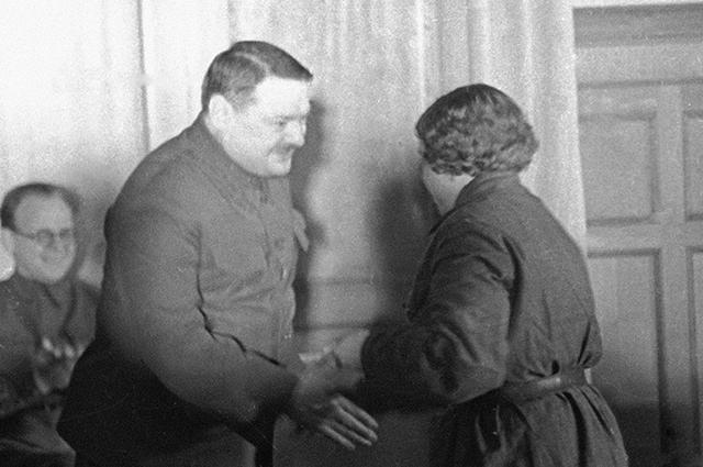 Жданов вручает награды защитникам Ленинграда, 1942 год.