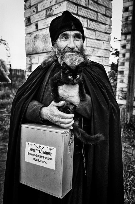 Священнику удается запечатлевать удивительные моменты.