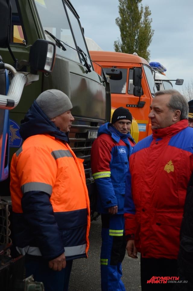 Министр Владимир Пучков осмотрел новую технику оренбургского гарнизона и пообщался с оренбургскими спасателями.