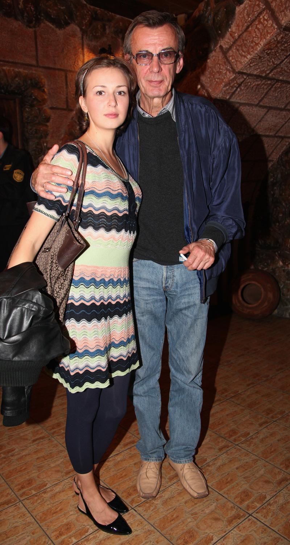 Актер Георгий Тараторкин с дочерью, актрисой Анной Тараторкиной на VII российском кинофоруме «Амурская осень» в Благовещенске. 2009 год.