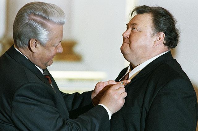 Борис Ельцин вручает Вячеславу Невинному орден «Зазаслуги перед Отечеством», 1995 г.