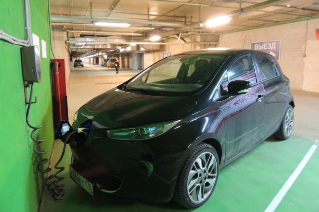 Зарядка электромобиля.