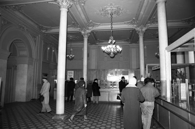 Интерьер аптеки №1 на Никольской улице. 1990 г.