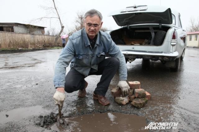Геннадий Долбилов взялся самостоятельно чинить выбоины на дорогах.