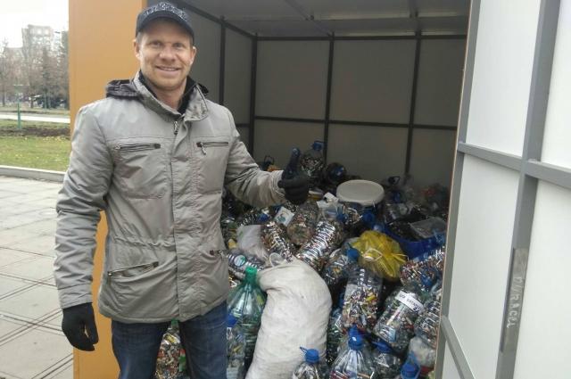 Вячеслав Марков показывает, сколько удалось собрать в первый день акции.