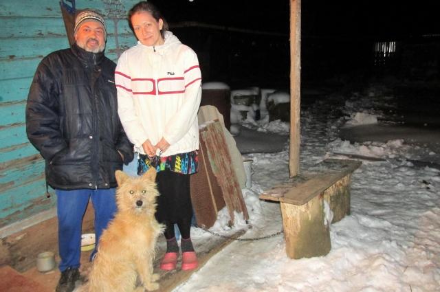 Супруги из Краснодара с собакой Найдой в своём суздальском дворе.