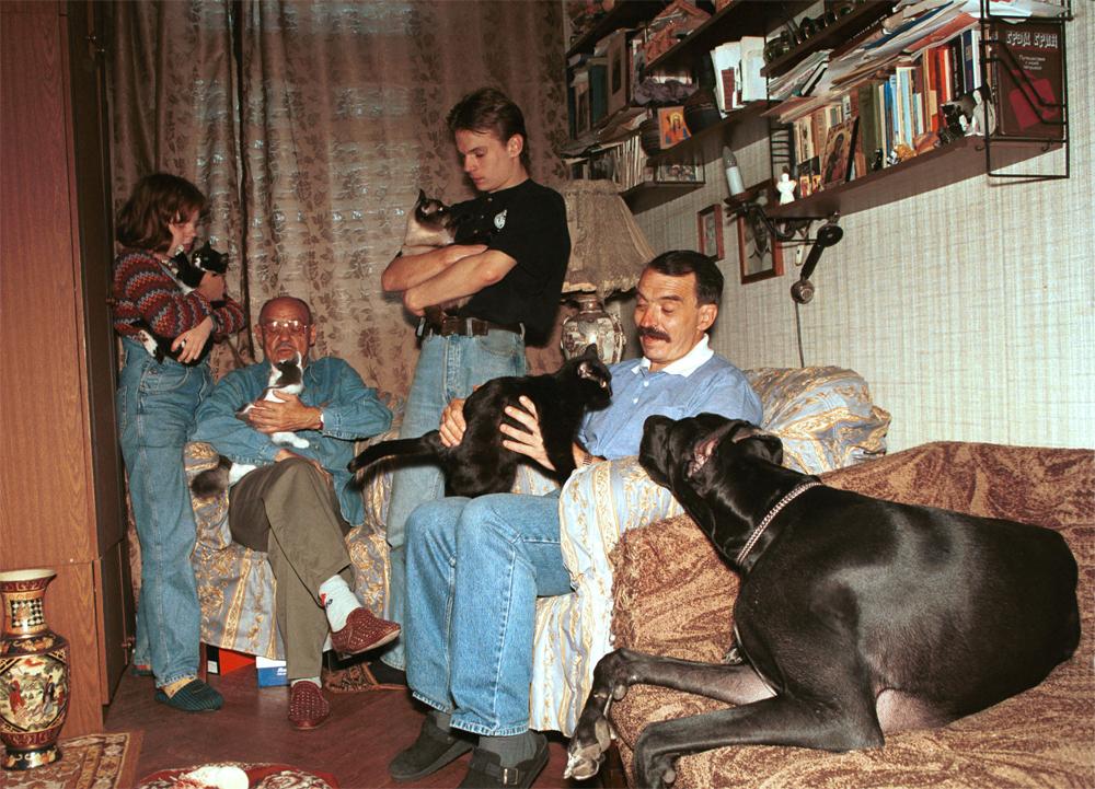 Михаил Глузский дома. С сыном Андреем и внуком Михаилом.