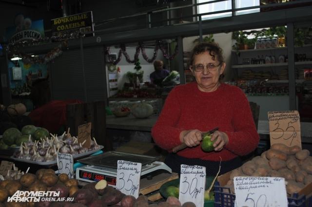Популярный овощ зимой - черная редька  - помогает от кашля.