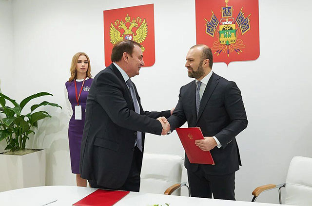 Глава города Сочи Анатолий Пахомов и гендиректор МегаФона Геворк Вермишян.