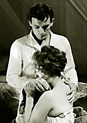Татьяна Самойлова в роли Анны и Василий Лановой в роли Вронского в фильме Александра Зархи Анна Каренина . 1966 год