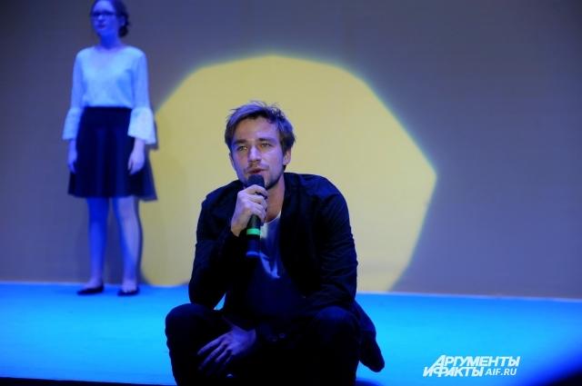 На фестивале в Перми актёр выступил вместе со слабослышащими детьми.