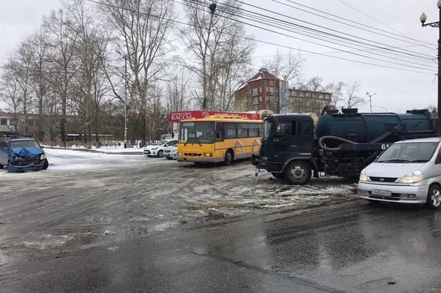 На автовокзале столкнулись три автомобиля.