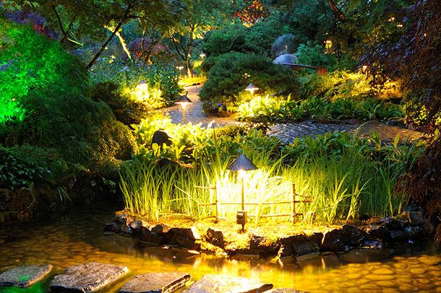 Подсветка пруда переносными светильниками.