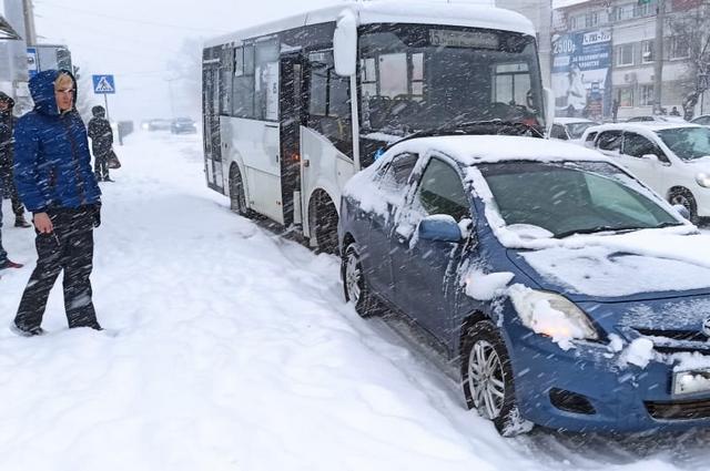 Из-за снега общественный транспорт тоже стоит в пробках.