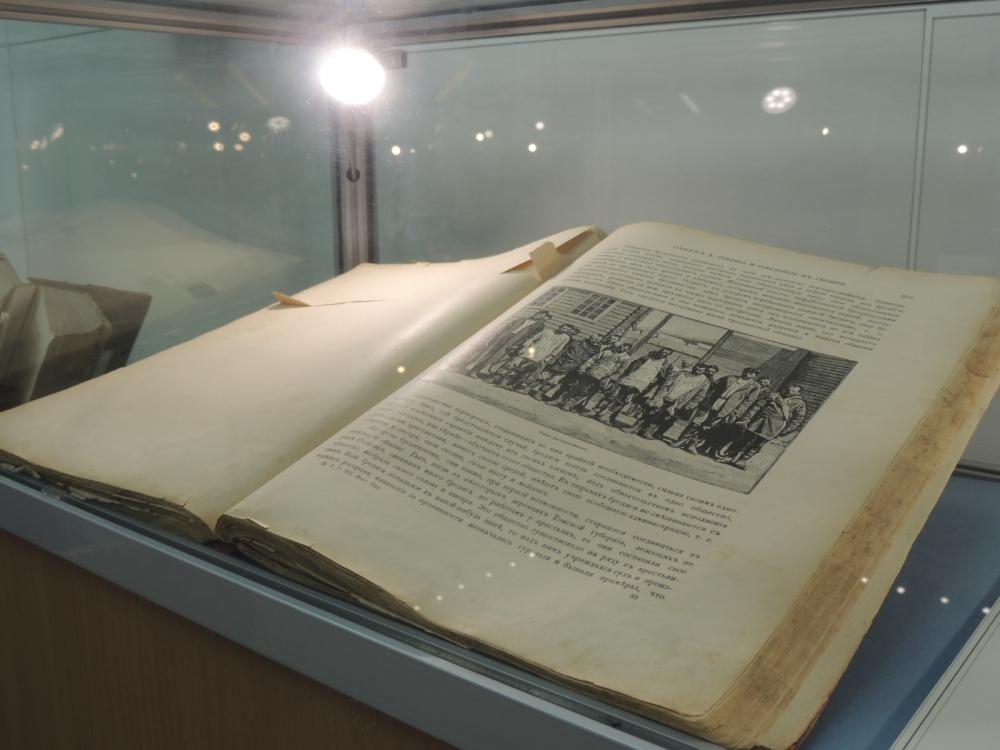 На выставке представлены интересные книги.