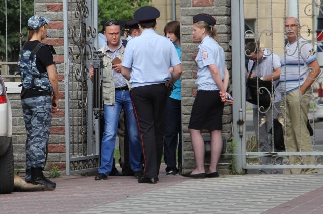 На входе в Северо-Кавказский военный окружной суд города Ростова-на-Дону усиленный контроль полиции