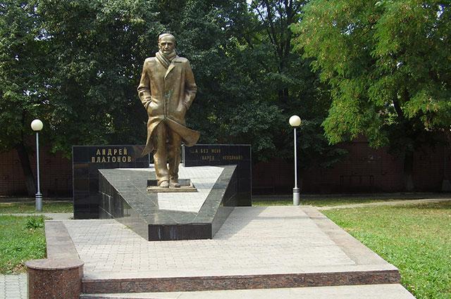 Памятник Андрею Платонову в родном Воронеже.