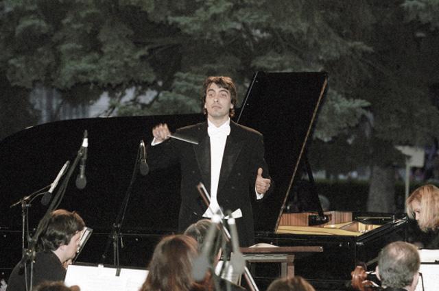 Карло Понти-младший дирижирует Российским национальным оркестром на открытом фестивале искусств Черешневый лес . 2003 год