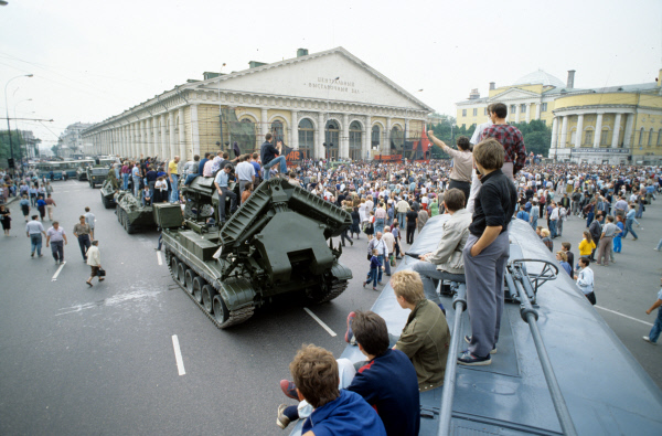 Манифестанты на Манежной площади. Введено чрезвычайное положение, в столицу введены воинские подразделения