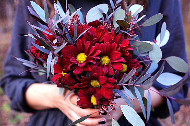 Создают букеты флористы.