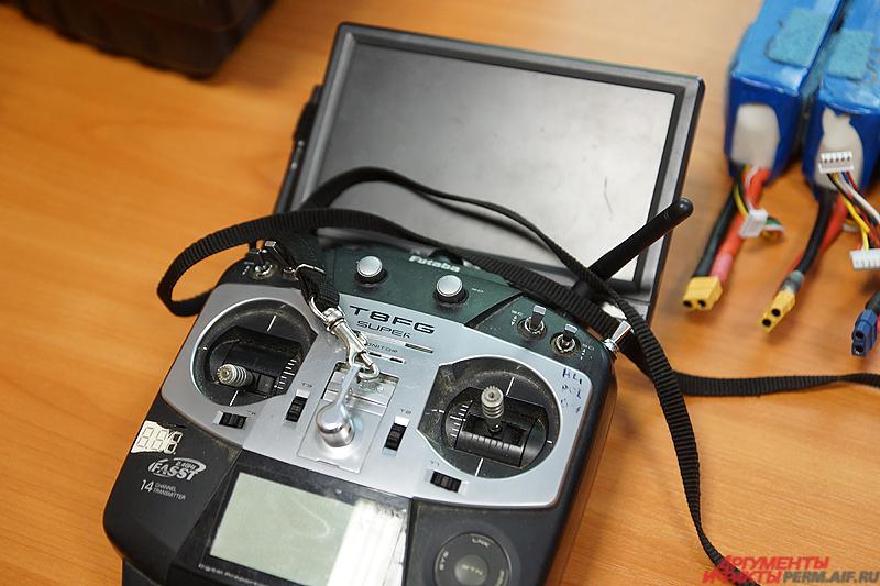Управляется устройство с помощью специального джойстика.