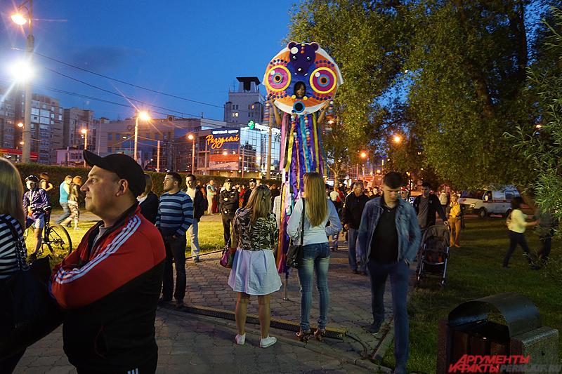 Отмечать городской праздник начали еще в ночь на 12 июня у памятника основателю Перми Василию Татищеву.