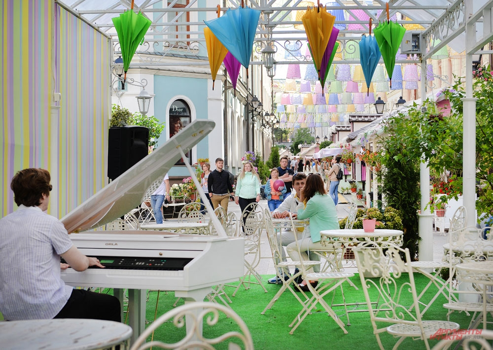 Столешников переулок. «Живая» музыка звучит среди живых цветов уличных кафе.