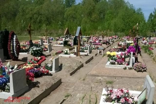 На похоронах двух умерших с этого участка агент заработал 50 тысяч рублей.