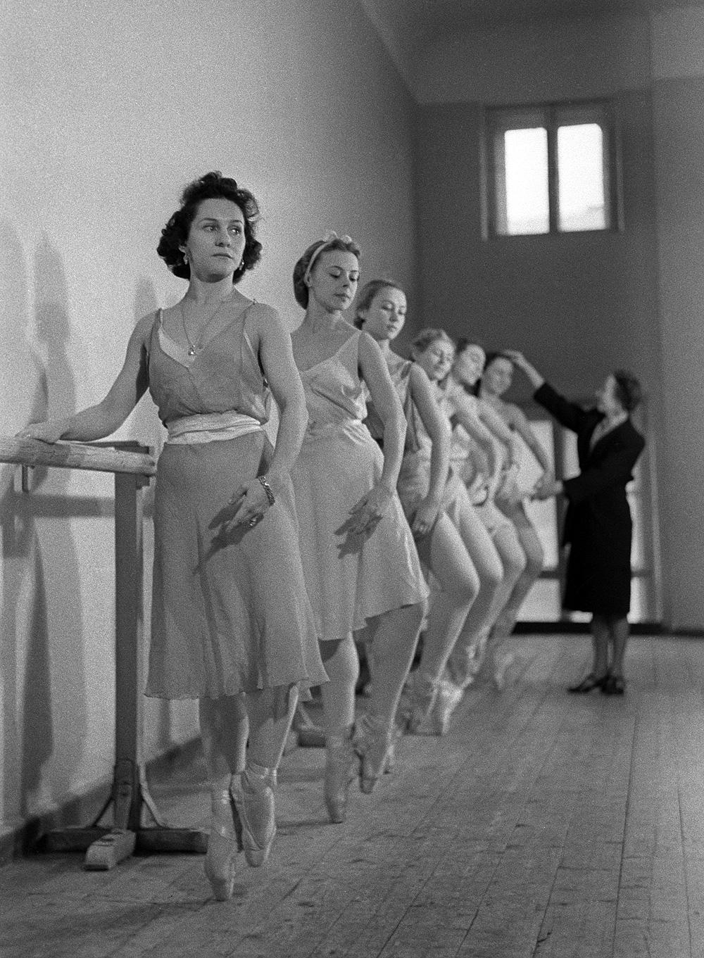 Солистка балета Государственного академического Большого театра СССР Ольга Лепешинская на занятиях у станка (первая). 1938 год.