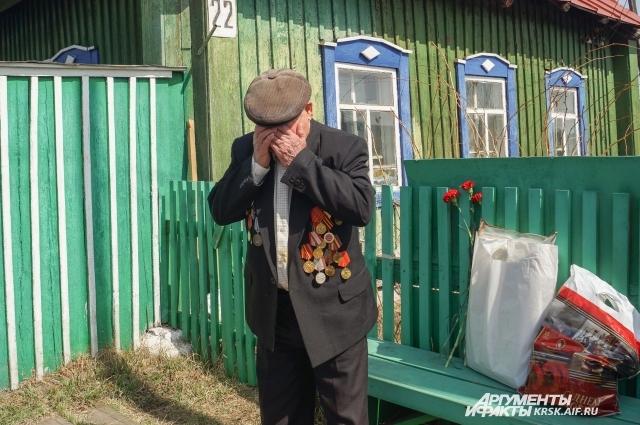 Алексей Григорьевич не смог удержать слёз.