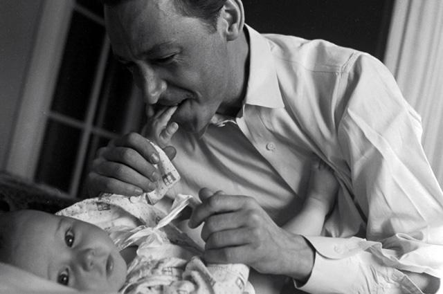 Олег Ефремов с сыном Мишей. 1963 г.