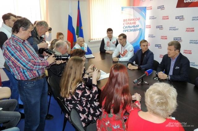 Народному артисту РСФСР не привыкать к вниманию прессы.