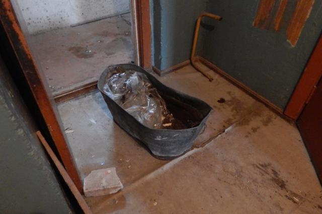 В этом тазу мылась вся семья. Оборудованной ванной  вдоме никогда не было