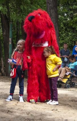 Гостей встречала красная собака - ростовая кукла «АиФ»