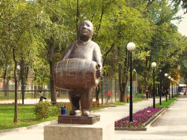 Скульптура пивовара в сквере им. Дортмунд в Ростове